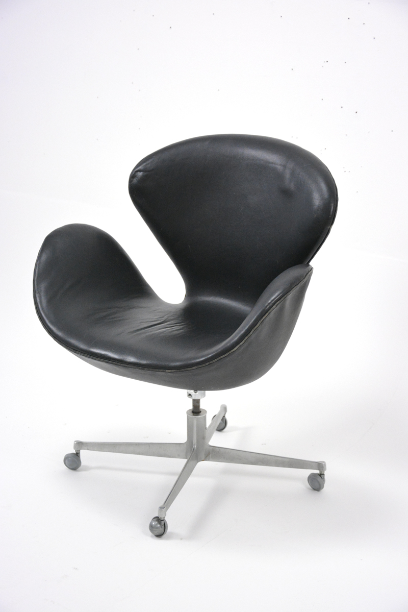 arne jacobsen leather swan chair danish homestore. Black Bedroom Furniture Sets. Home Design Ideas