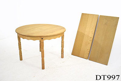 Round extending oak dining table | 2 leaves
